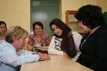 Reinhild Berktold, Aleza Butrus, Fatma Emhmed und Kadrije Pushkolli (von links) überlegen, wie das Obst auf der Tischkarte heißt. TV-Foto: Anita Lozina