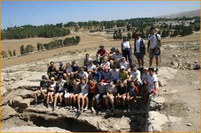 Gruppenbild nach abgeschlossener Arbeit auf den freigelegten Stufen der Mikwe