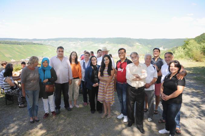 Flüchtlinge aus 16 Nationen nutzen das Sommerfest in Andel um einander kennenzulernen. TV-Foto: Ursula Schmieder