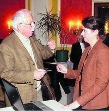 Susanne Y. Urban unterhält sich mit Heinz Grundhöfer, der sich mit dem Schicksal der Bernkastel-Kueser Juden beschäftigt. TV-Foto: Clemens Beckmann