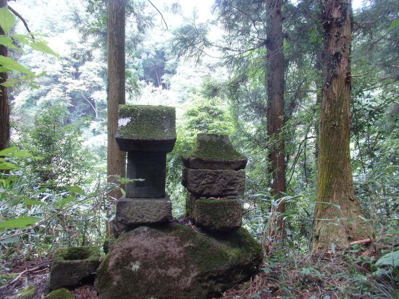 f01-2 踏み跡に残る石祠