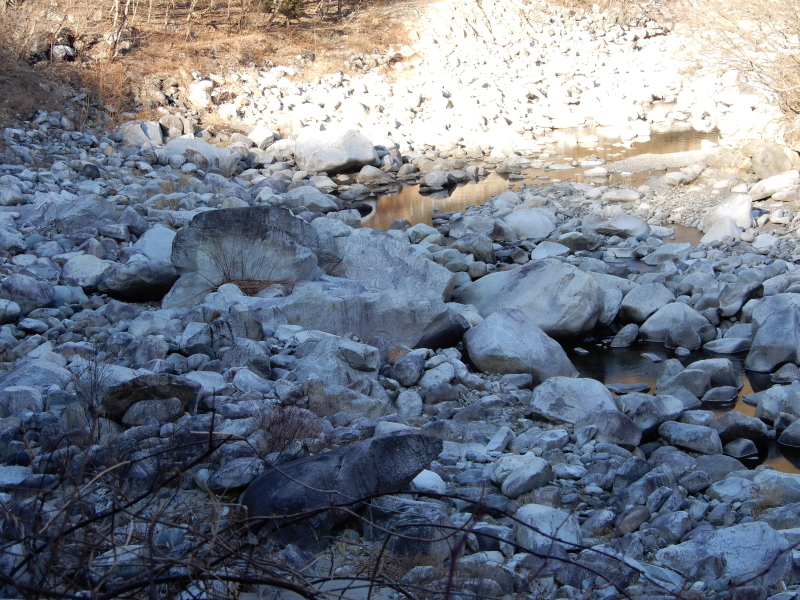 わたらせ河原の割れ石