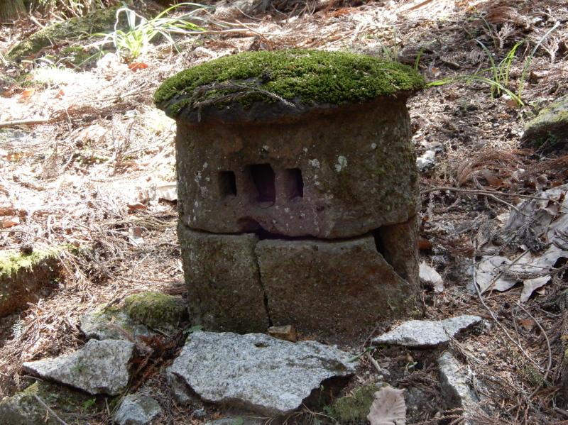 b14-3 石龕と奪衣婆(石龕の中に奪衣婆が入っている)