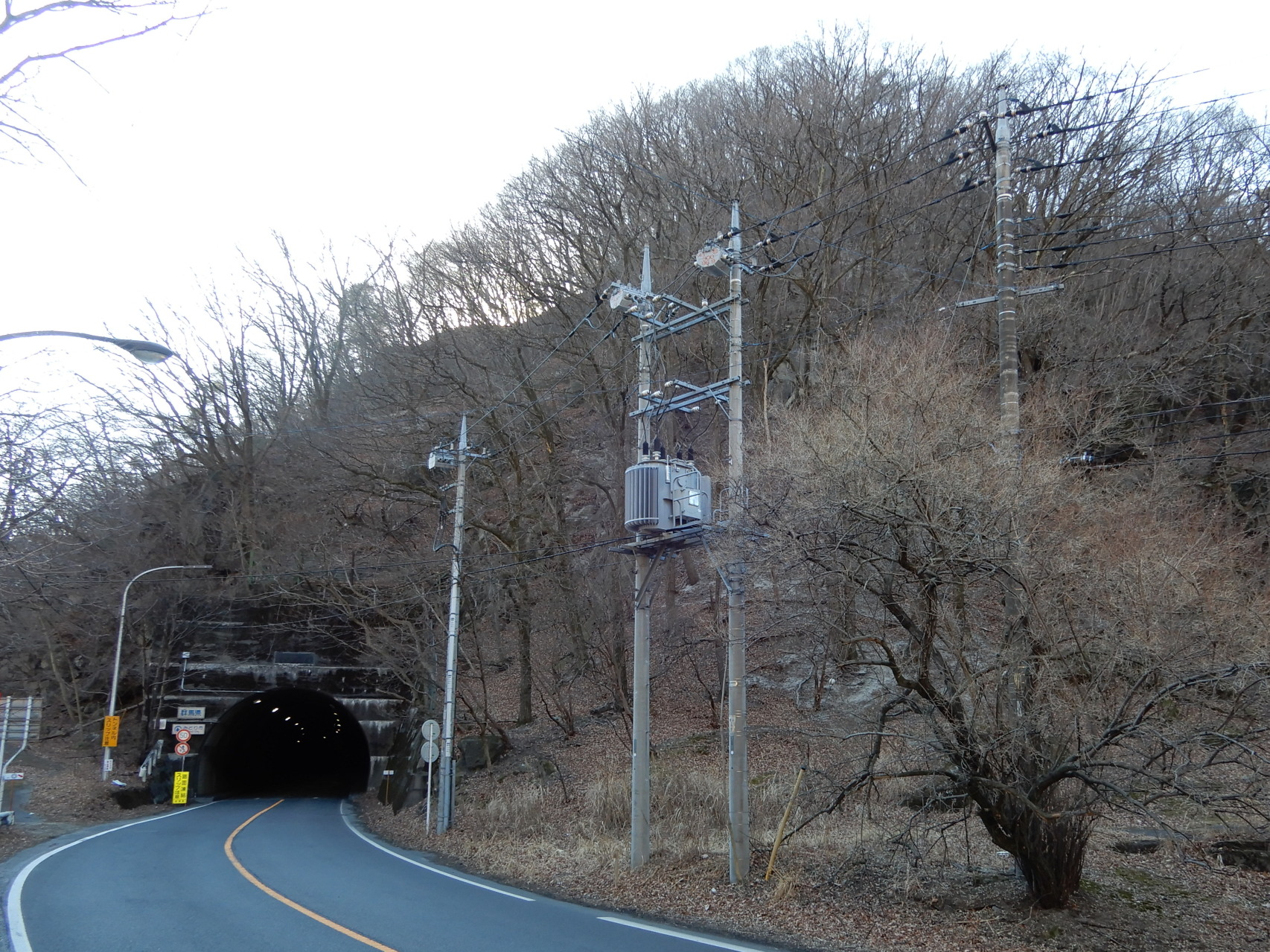 a25-2 沢入トンネルと大名峠 (トンネルの上を馬で越した、脇の旧国道には明治期の碑がある)