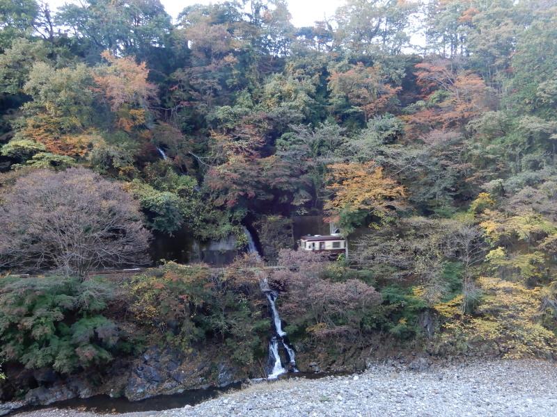 c27-3 新道から見える涼みの滝