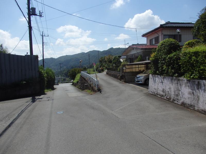 f06-1 二股分岐 街道は右に曲がる
