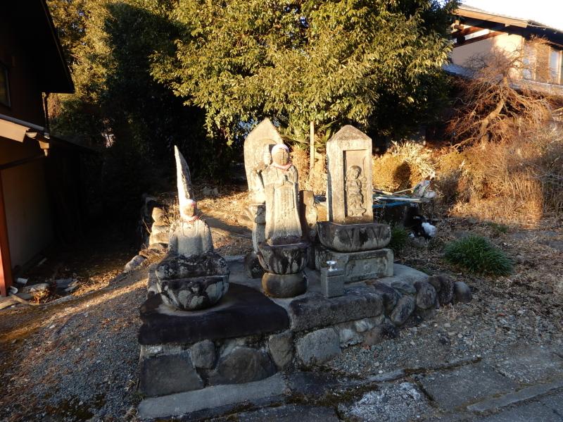 c07 街道脇の石碑