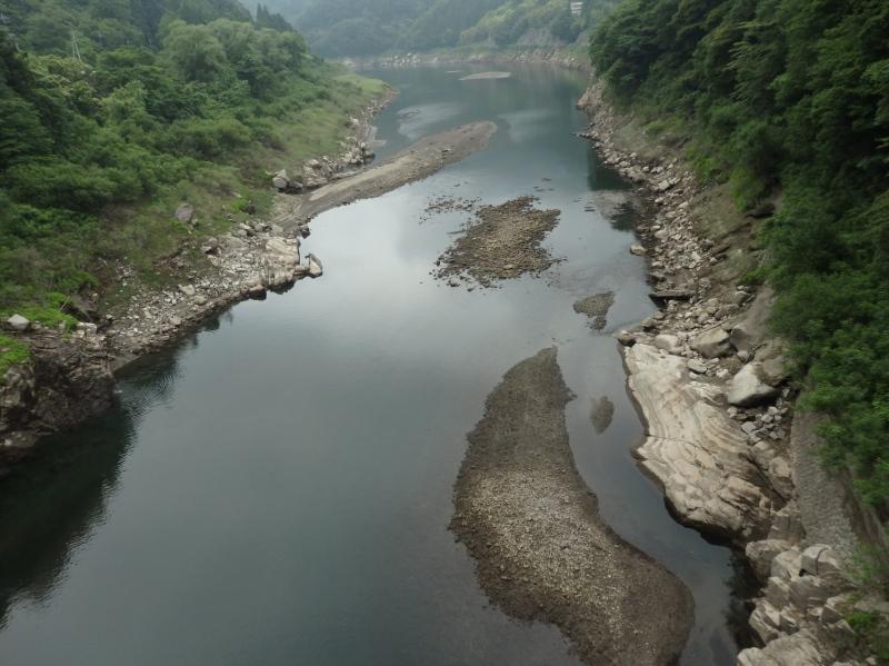 b13-3 東宮橋より下流側(ダムの水がない時 下の岩が巻岩か)