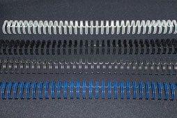 Drahtkamm/Metallspiralen in den Farben schwarz, weiß, silber und blau. hochwertige Drahtkammbindung ermöglicht einen Seitenumschlag von 360°, wodurch das fertige Produkt nicht nur vollständig umgeschlagen, sondern auch plan aufgelegt werden kann.