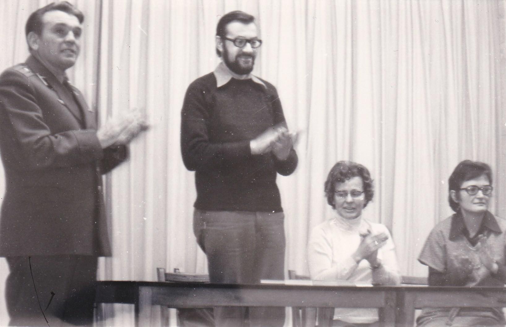 """Lesung in der russischen Garnision """"Hohenstein-Ernstthal"""", rechts Annelies Schmidt"""