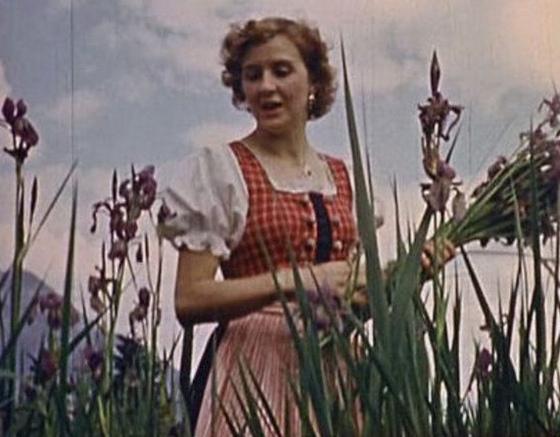 Eva Braun beim Blumenpflücken