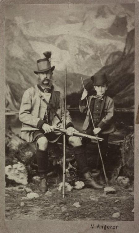 Kaiser Franz Joseph und Kronprinz Rudolf posieren in Tracht im Fotostudio.