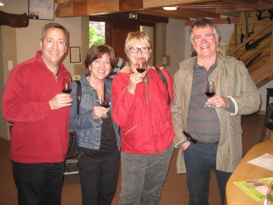 Catherine, en veste rouge  et Jacques à droite , votre guide lors d'une dégustation au caveau