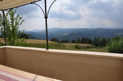 Terrasse avec table et chaises pour manger dehors