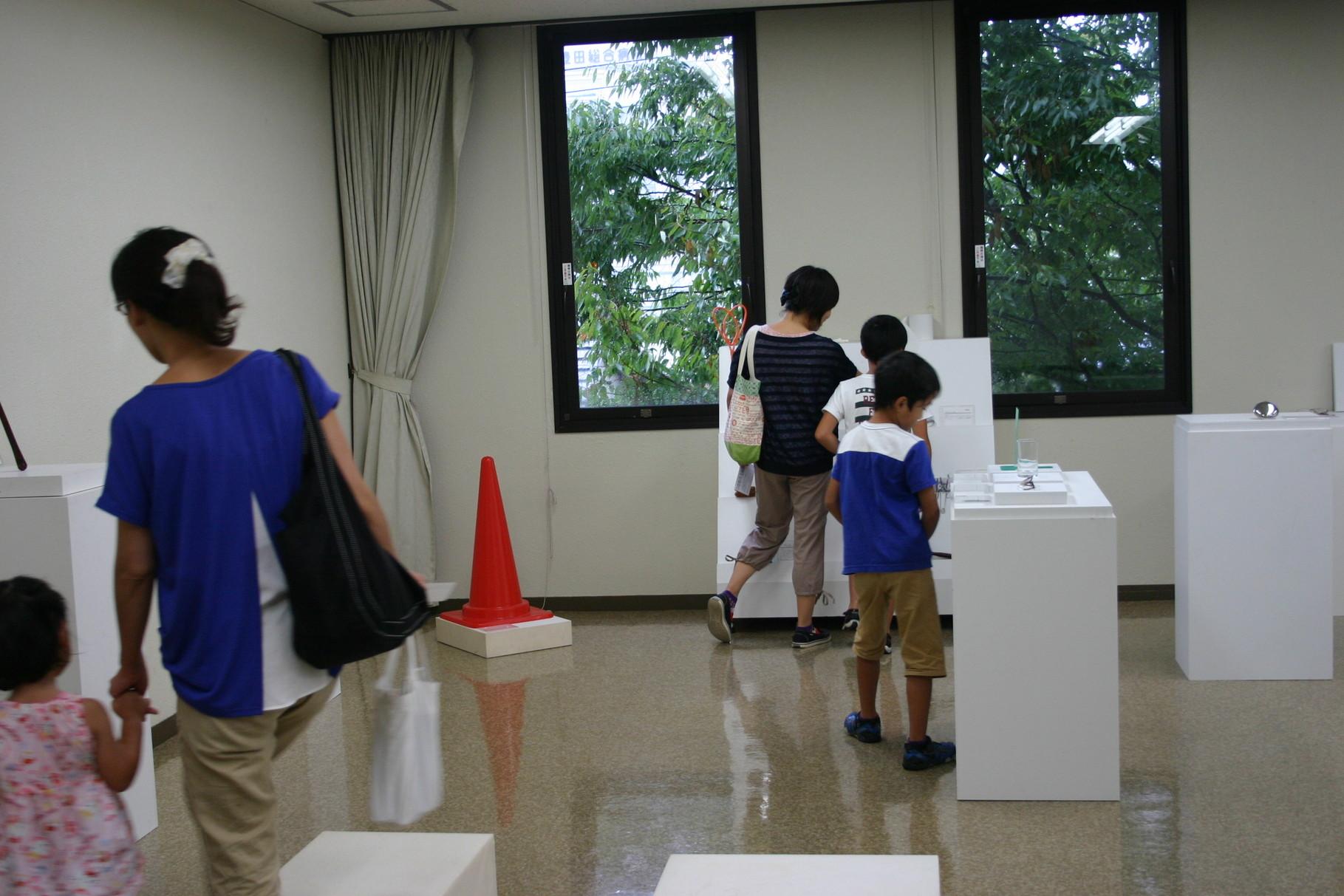 展示を興味深そうに見る来館者