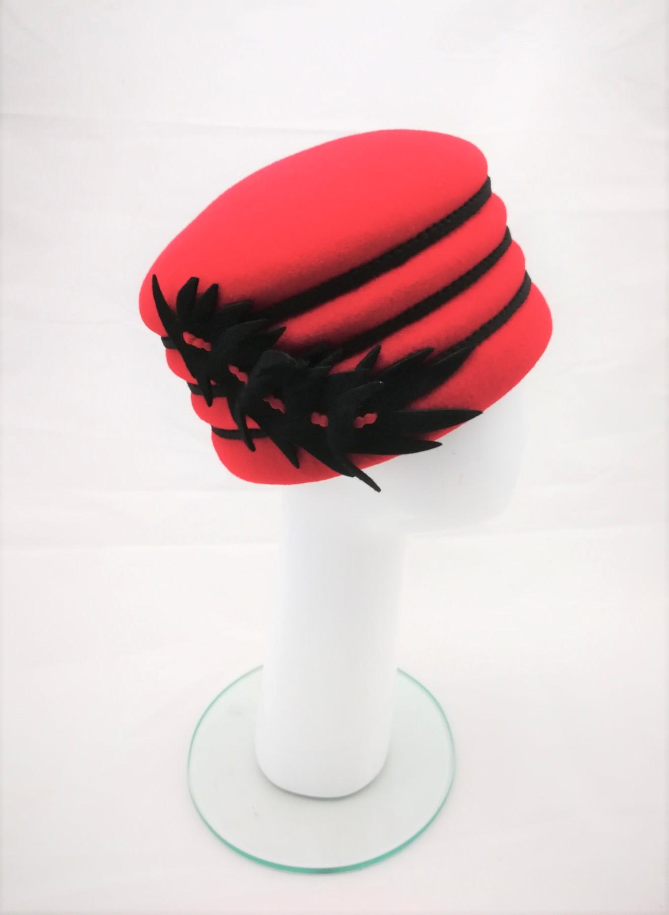 edles Einzelstück, Damenkappe in rot, Haarfilz, 159,90 € Manufakturarbeit - bestellbar