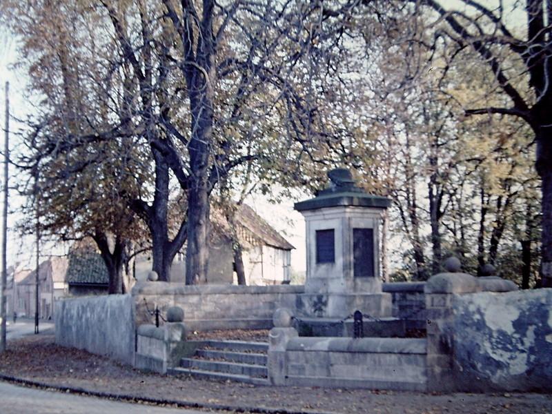 Das Denkmal um 1960, danach wurde die Titeltafel ausgetauscht. Diese ist heute im Museum.