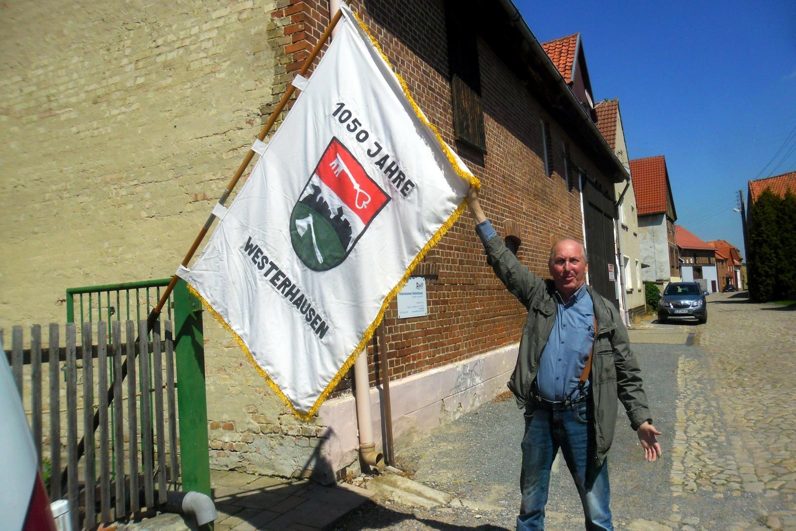 Die alte 1050 Fahne wird präsentiert