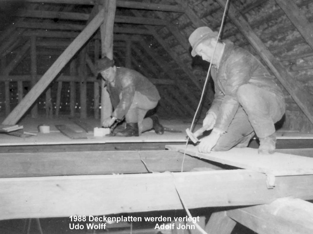 Im Dachgeschoß werden Platten verlegt