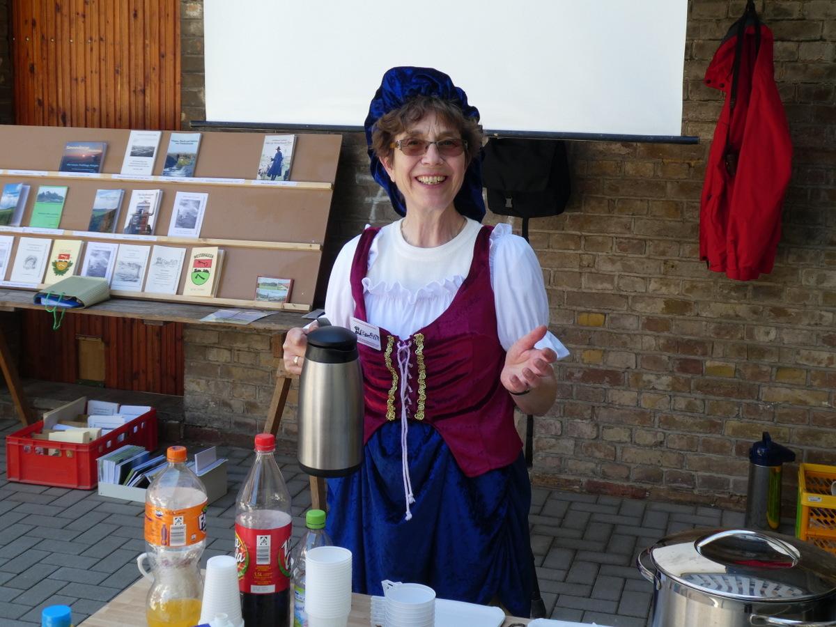 Frau Könnemann hat Kaffee und Kuchen