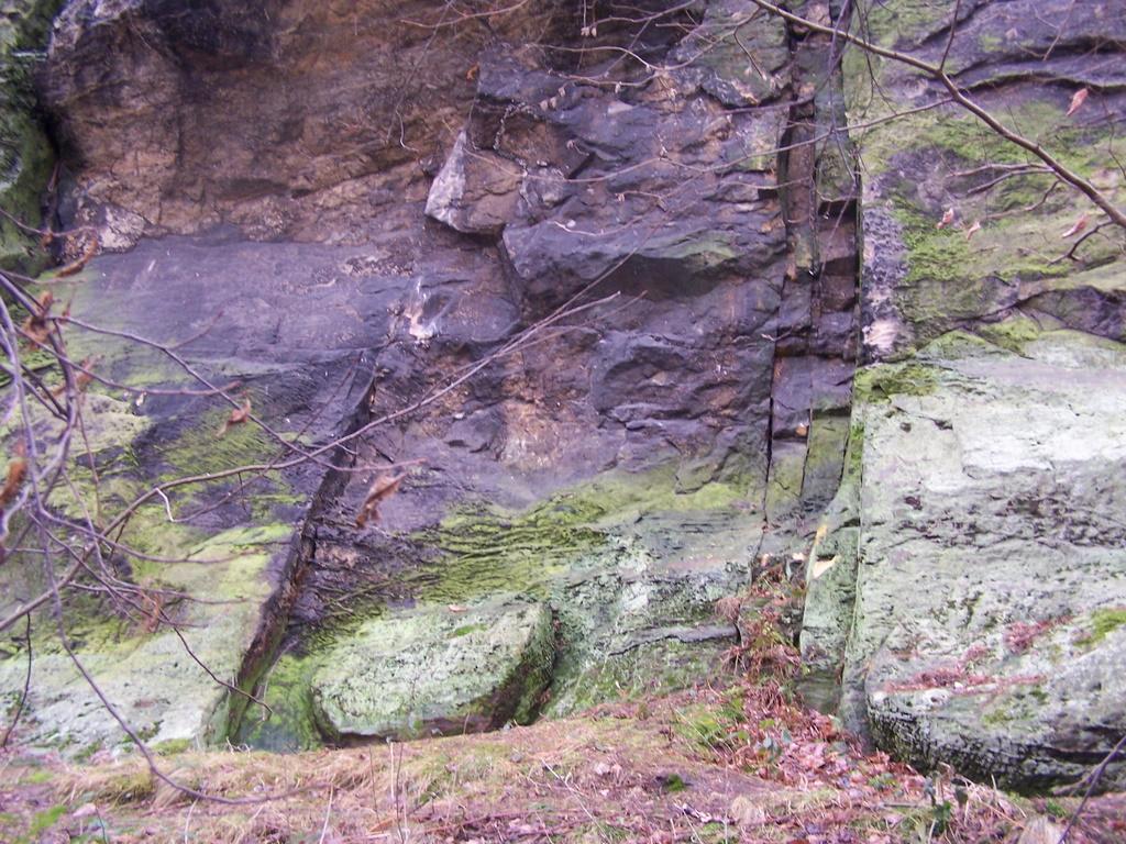 Die gesprungenen Steine hat man sitzen lassen