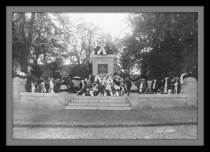 Die fertige Denkmal mit Kranzschmuck im Jahre 1921