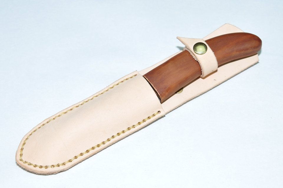 Der Griff dieses Damastmessers besteht aus schweizer Zwetschgenholz und das handgenähte Etui ist aus echtem Rindsleder gefertigt.