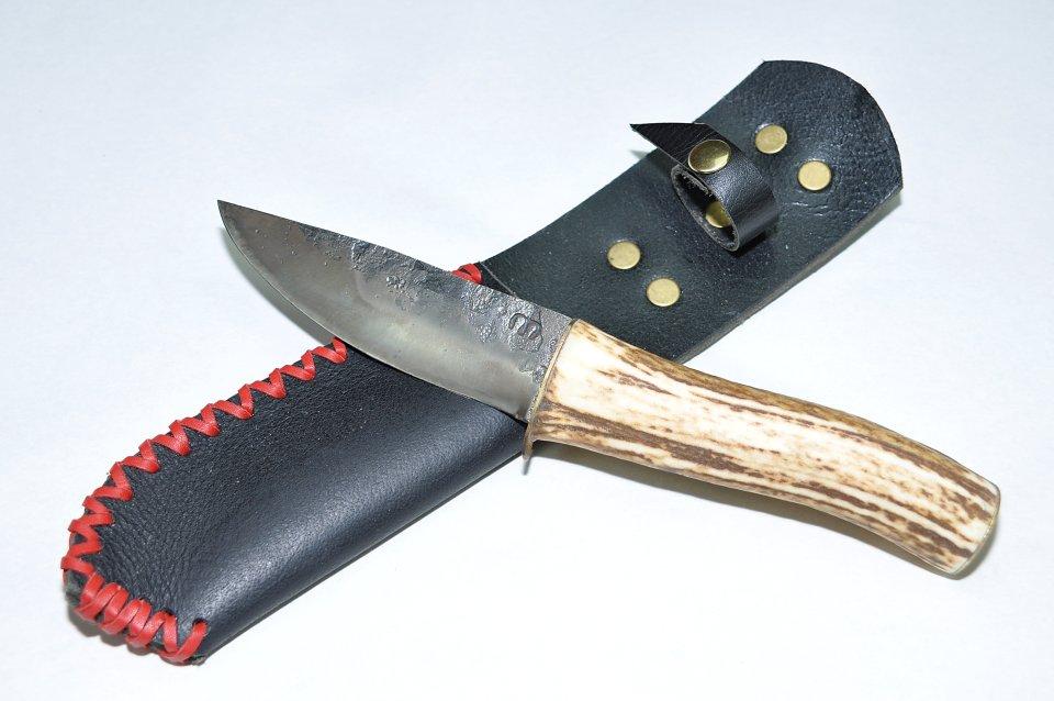 Ein Messer aus Dreilagen-Laminierstahl mit Hirschhorngriff und Leder-Etui. Ein universell einsetzbares Allzweckmesser! Geeignet für die Jagd, die Fischerei, für den Campingfan und als Begleiter für jeden Outdoorfan.
