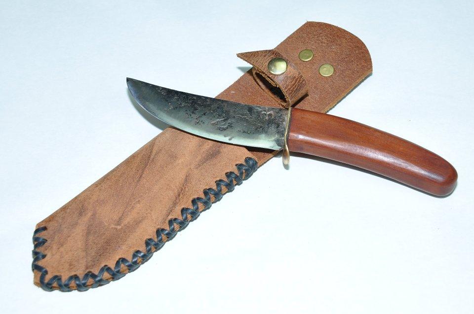 Dieses sehr robuste und rustikal angefertigte Messer besteht aus Dreilagenstahl es zeichnet sich durch die enorme Härte an der Schneide aus, die Beiden Seitenlagen sorgen für die Bruchfestigkeit des Messers. Ein robustes, starkes und sehr scharfes Messer.