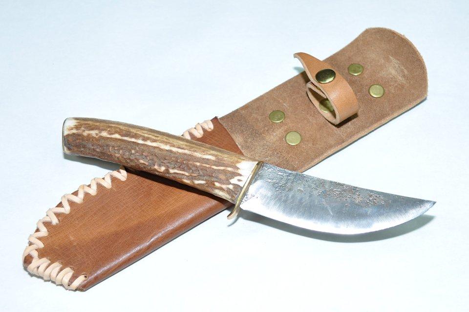 Die feuergeschweissten seitlichen Decklagen von diesem Messer, sorgen für die nötige Bruchfestigkeit und Elastizität der Klinge. Ein tolles Messer, von der Formgebung am nordischen Stil orientiert.