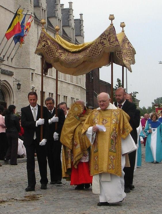 voici à quoi ressemblait la cérémonie de la fête dieu avec le dais pour ceux qui ne l'ont pas vécu