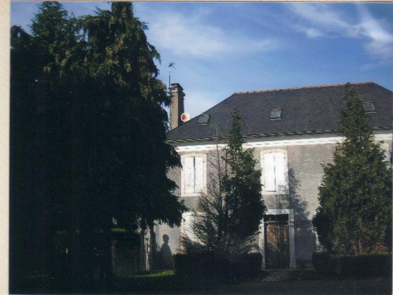 le presbytère vue de face à l'intérieur de la cour ( photo Céline Caillabet)
