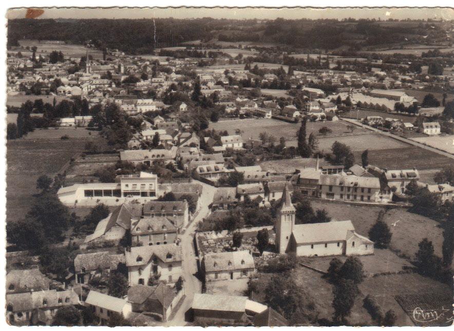 vieille photo de Lamarque , l'usine Larrouy est toujours en activité , l'école fonctionne , on doit être dans les années 1950 la carte n'est pas datée