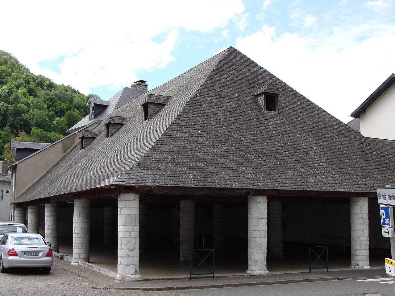 Campan - La halle, construite par les cagots, classée monument historique.