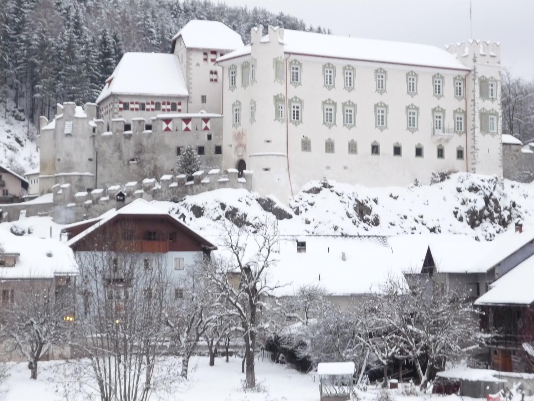 Schloss Ehrenburg mit Gasthof Obermair Ehrenburg Kiens Pustertal Südtirol Hotel