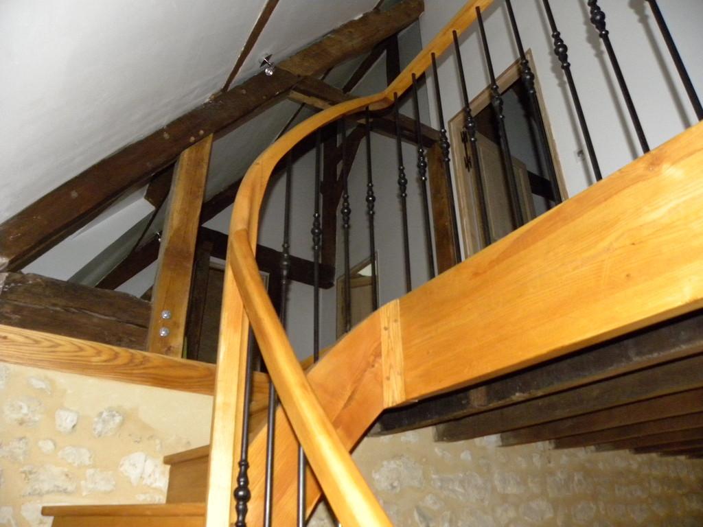 Escalier à noyau avec volute de départ et balustres en fer forgé
