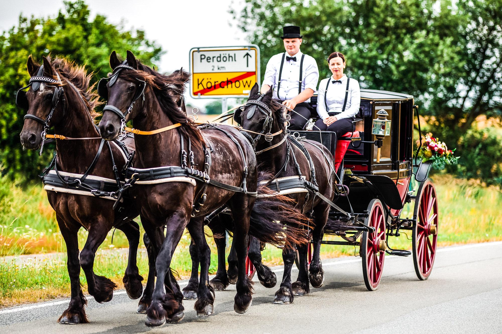 Auf dem Weg zur kirchlichen Trauung in Körchow