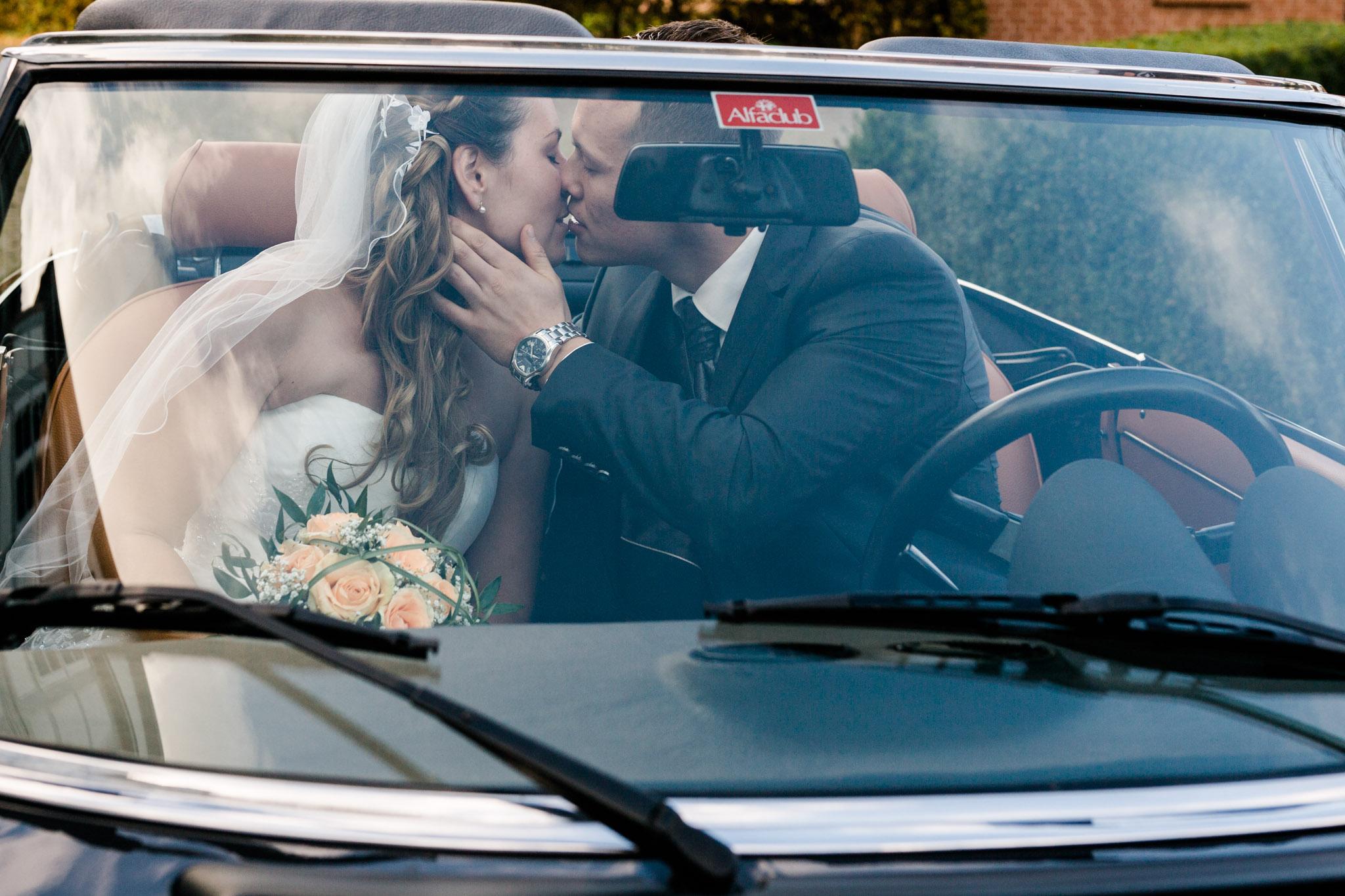 Kuss im Auto