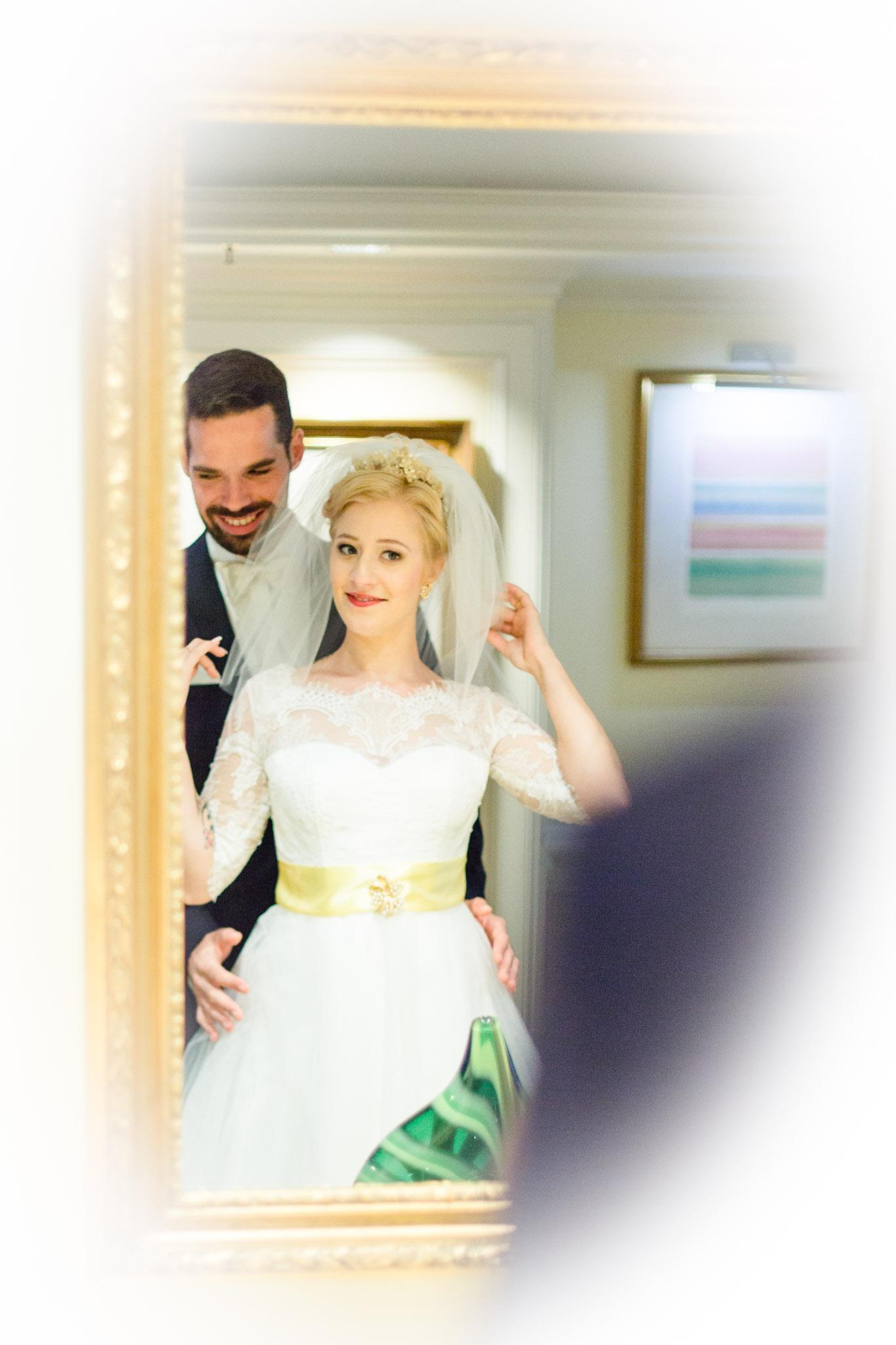Brautpaar vor dem Spiegel