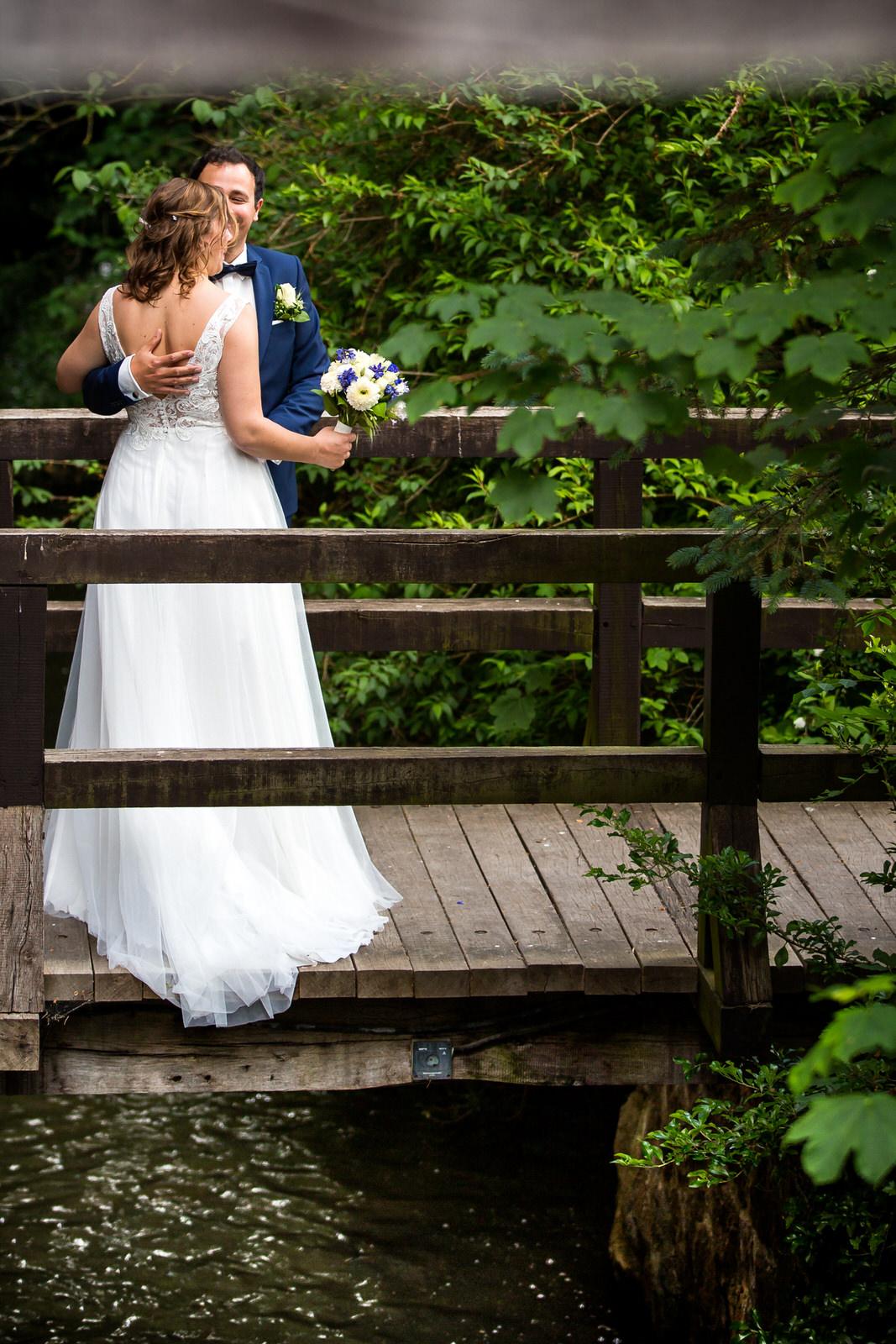 Hochzeitspaar vor der Wassermühle Heiligenthal
