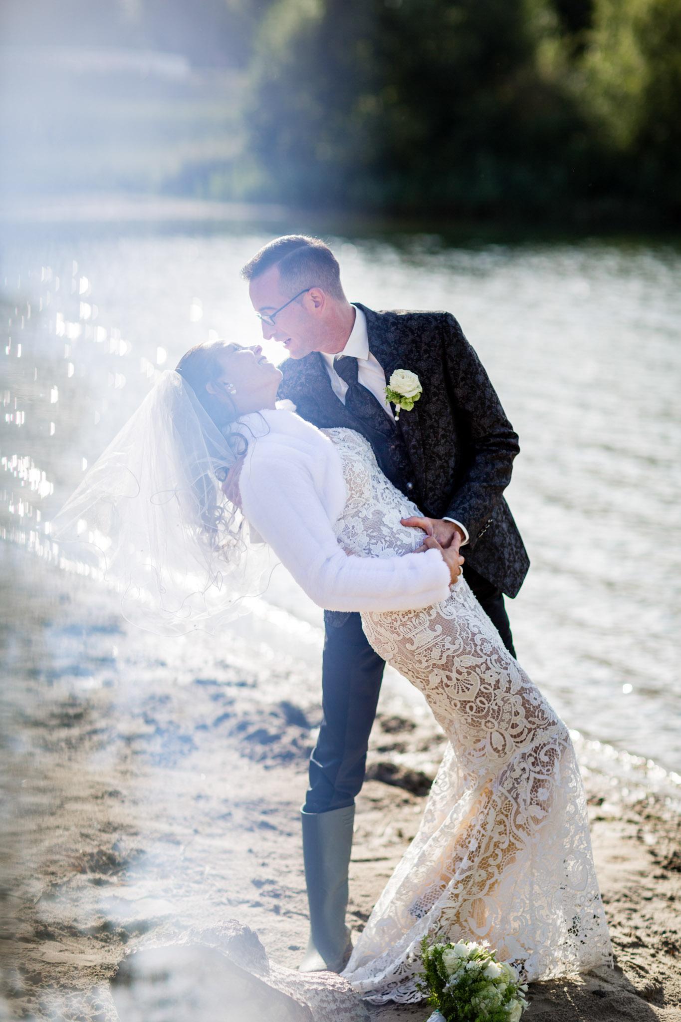 Brautpaar beim Shooting an der Elbe