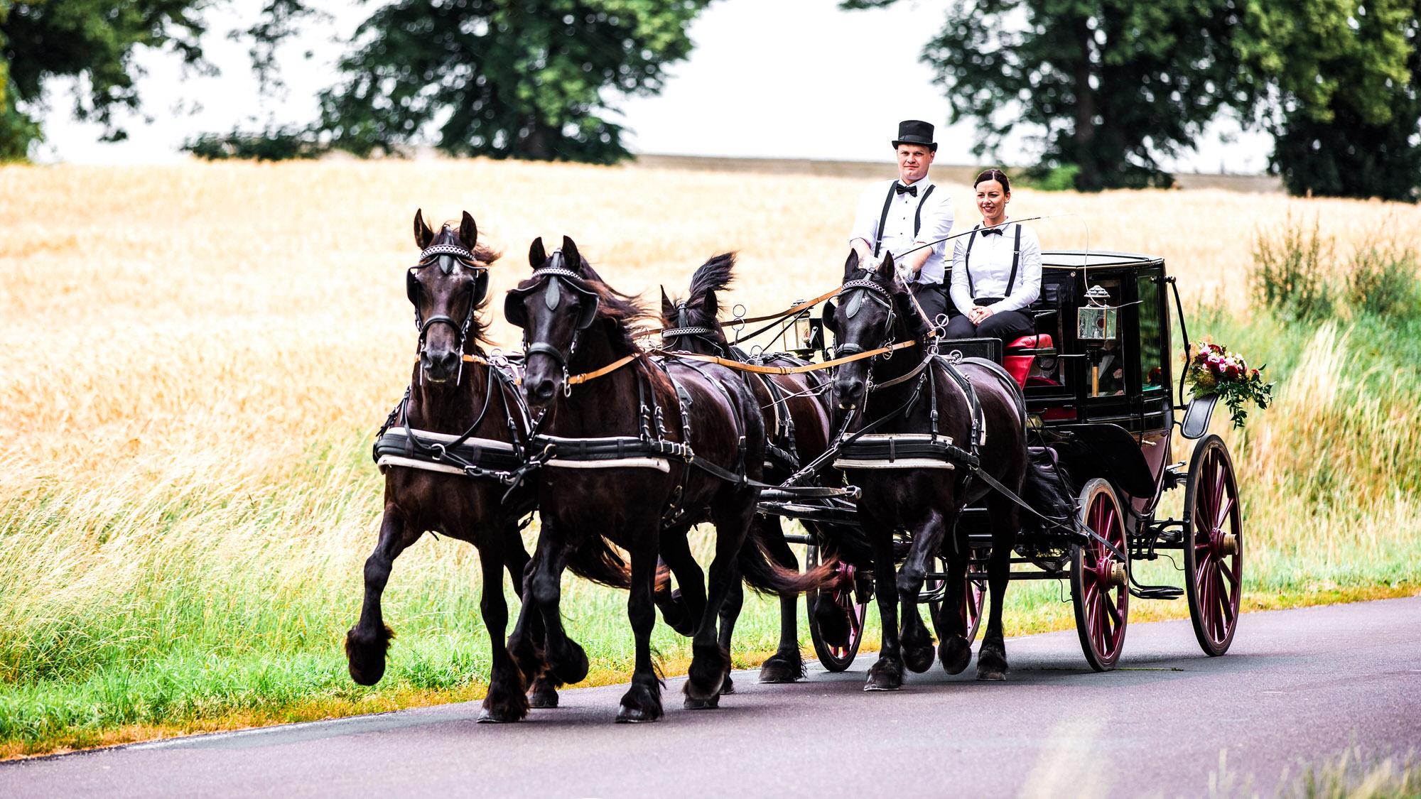 In der Hochzeitskutsche zur Trauung