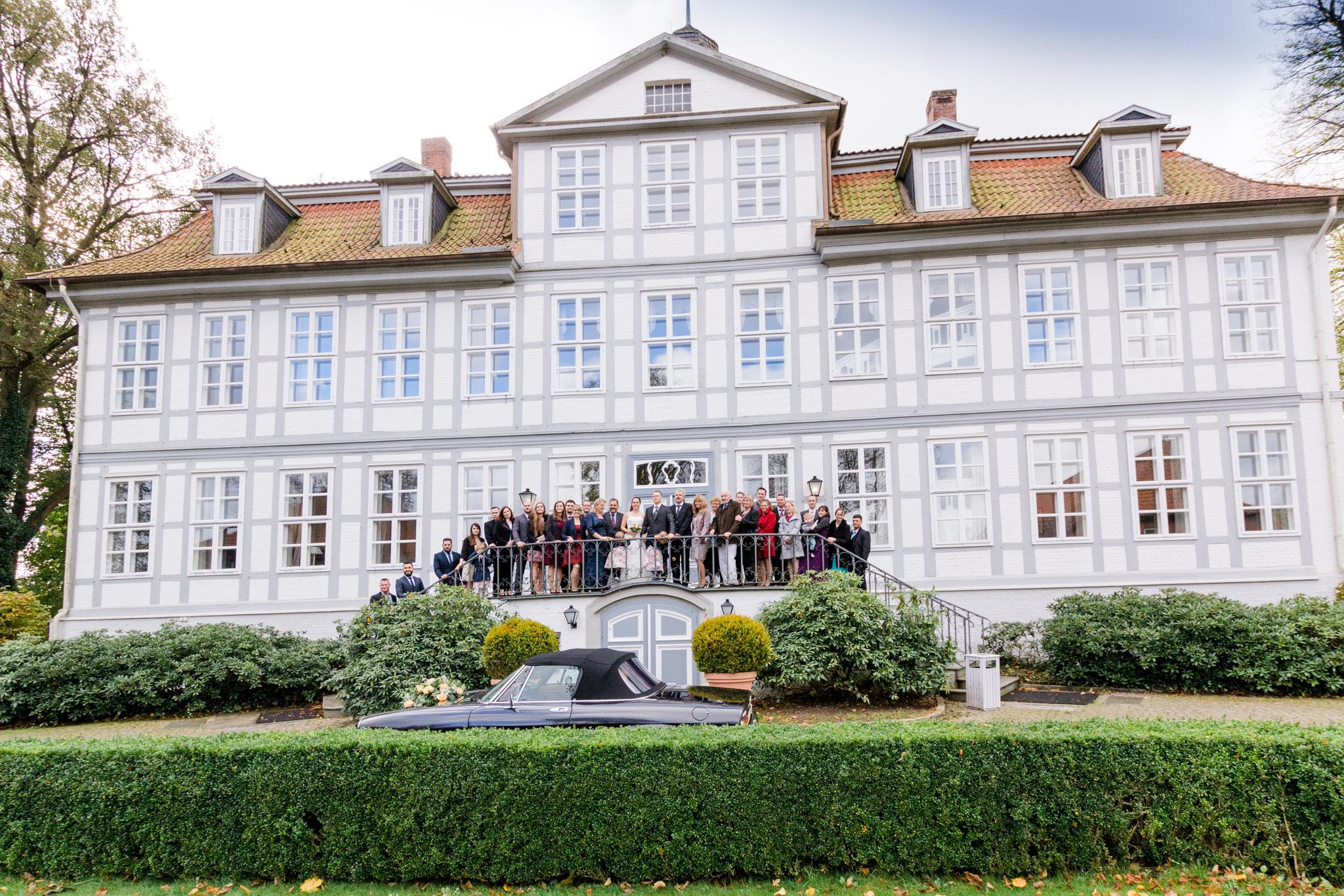 Hochzeit Karina & Christopher auf Schloß Lüdersburg Gruppenfoto auf Treppe