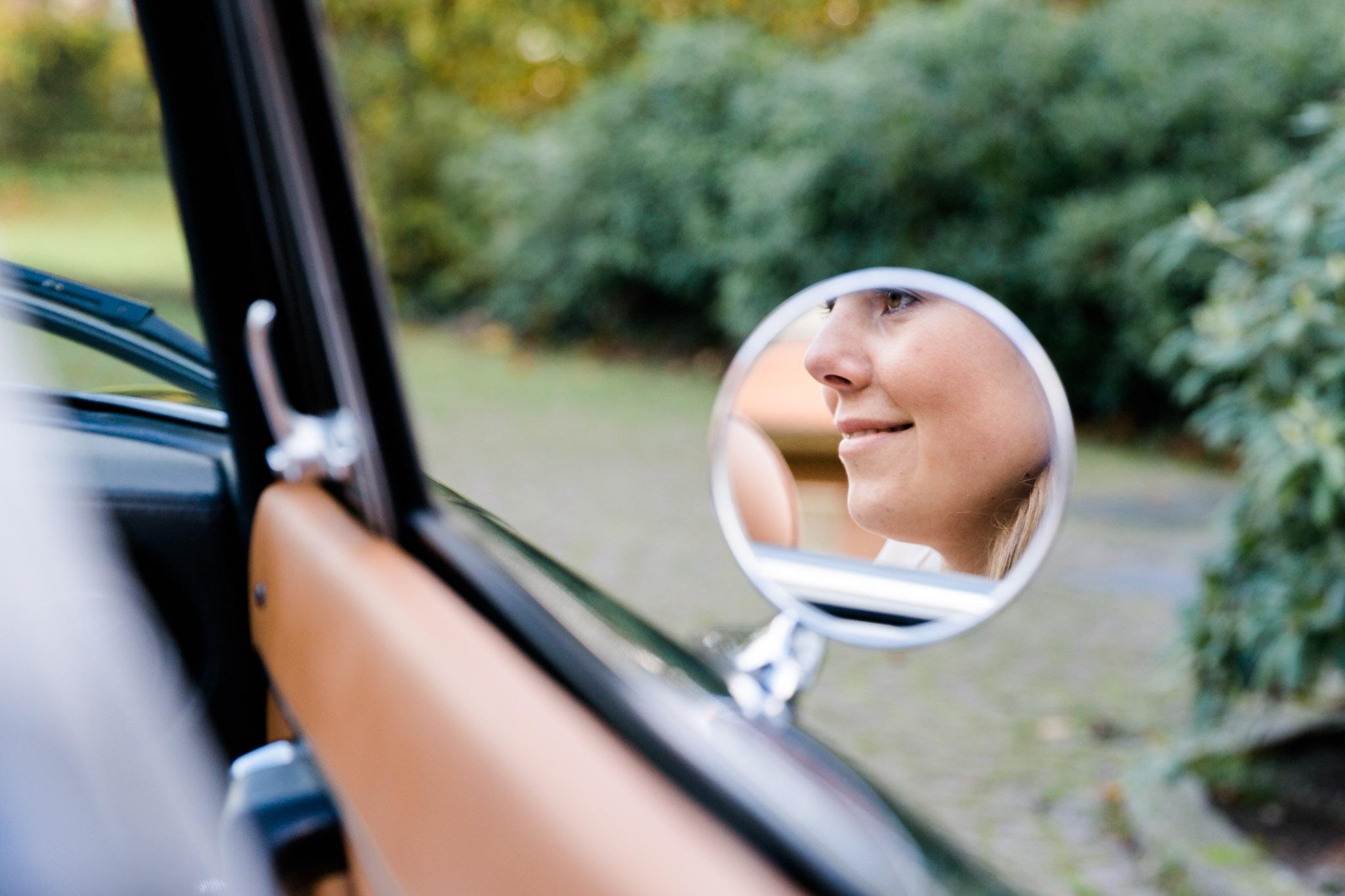 Braut im Autospiegel