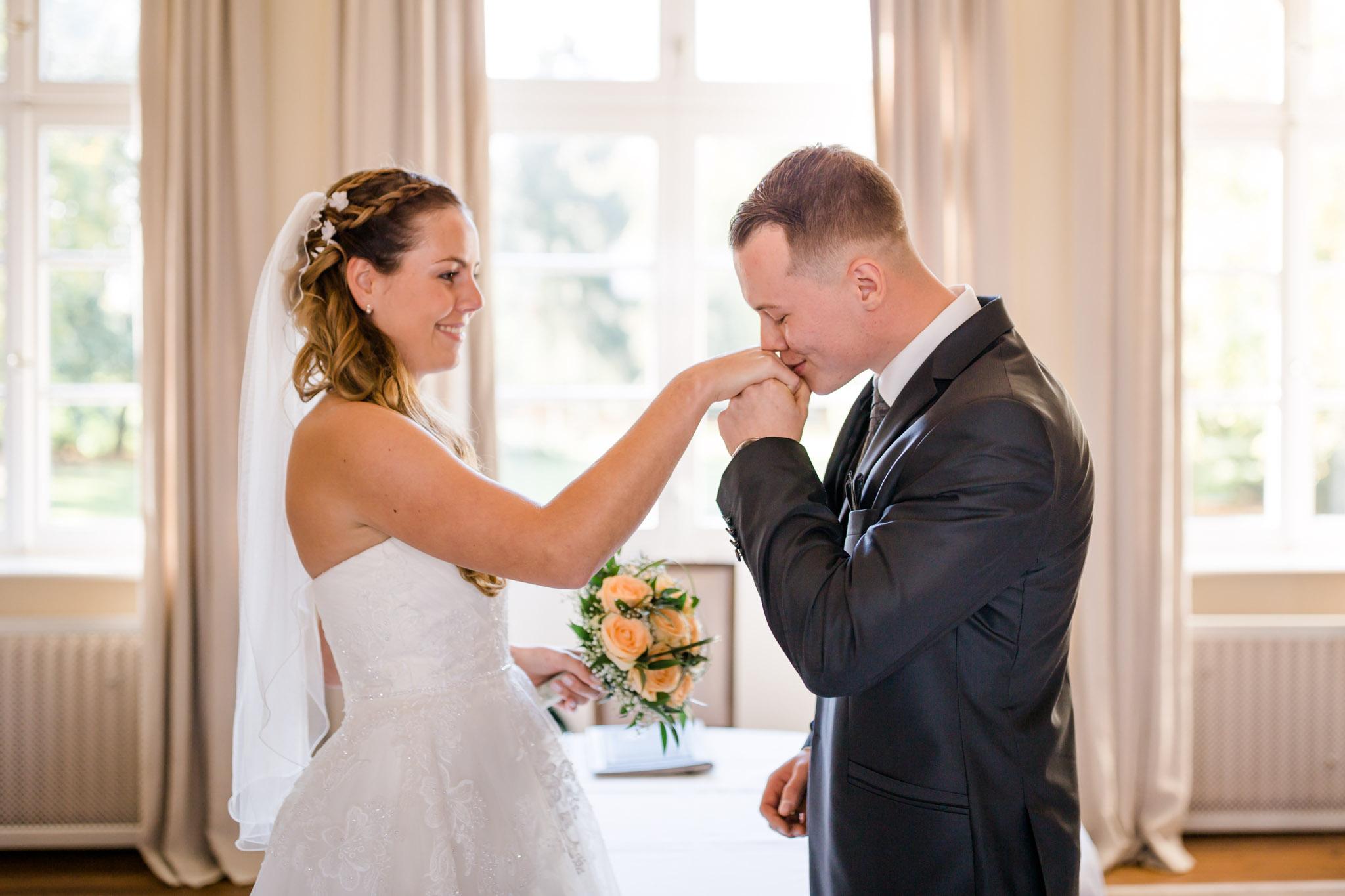 Hochzeit Karina & Christopher auf Schloss Lüdersburg Handkuß