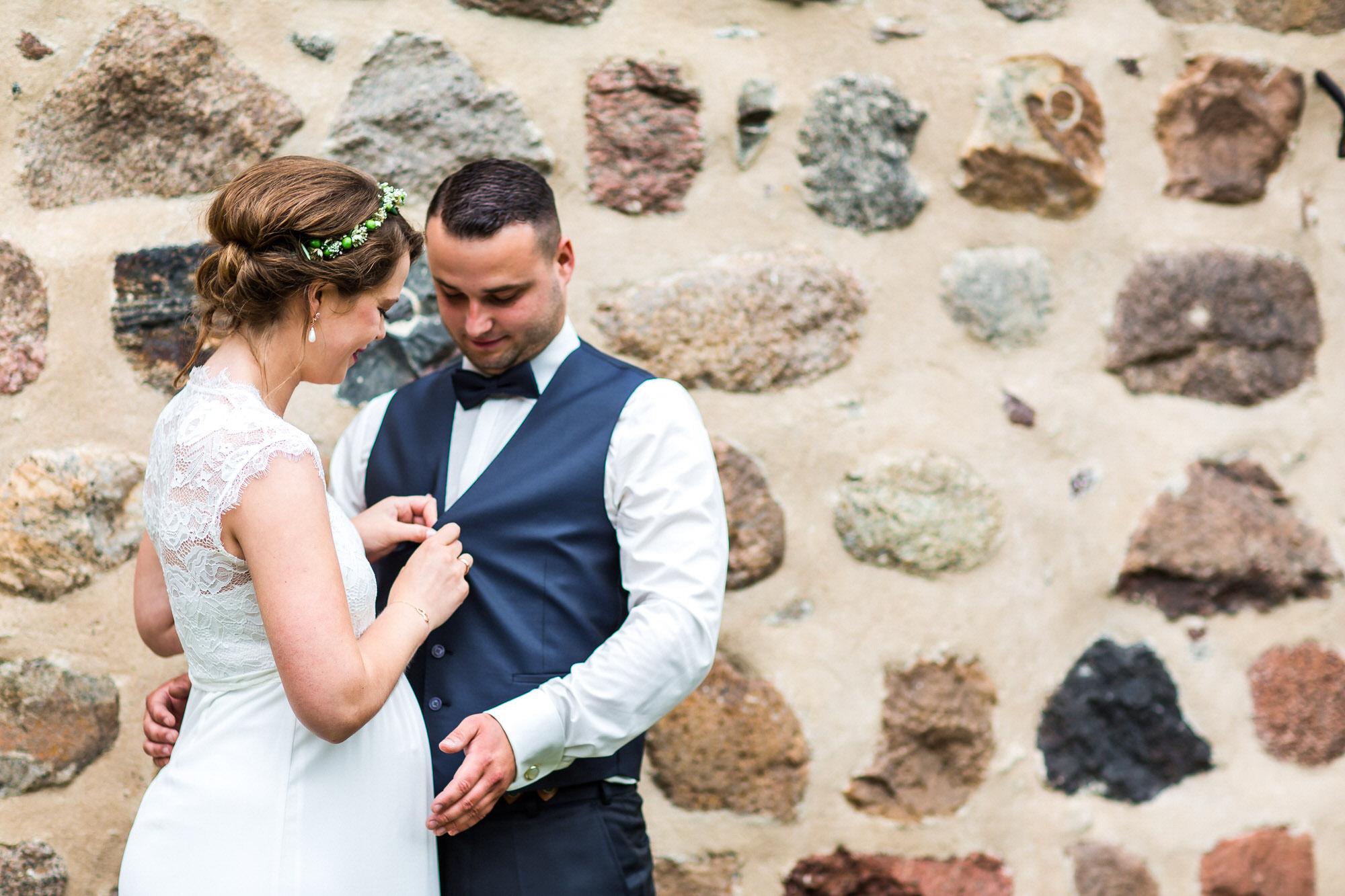 Brautpaarshooting vor der Feldsteinkirche