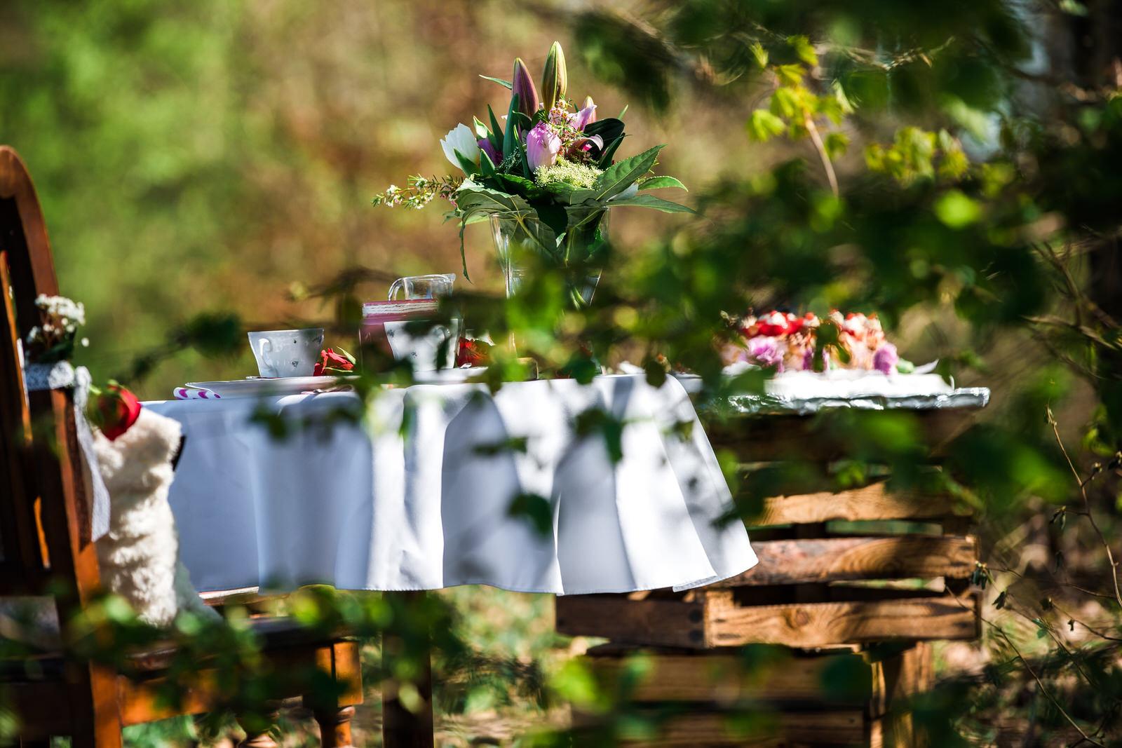 Hochzeitstisch inmitten der Natur