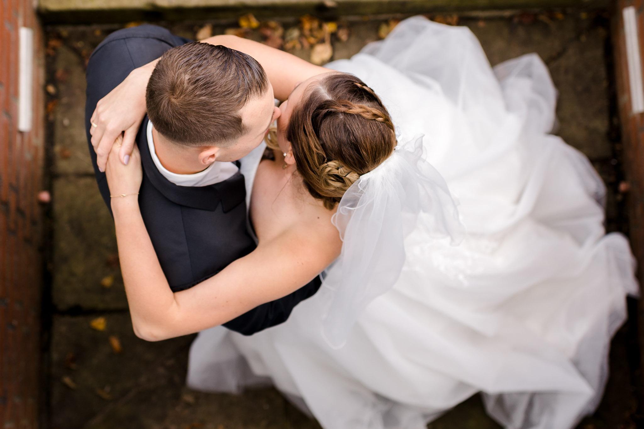 Umarmung Brautpaar auf Schloss Lüdersburg