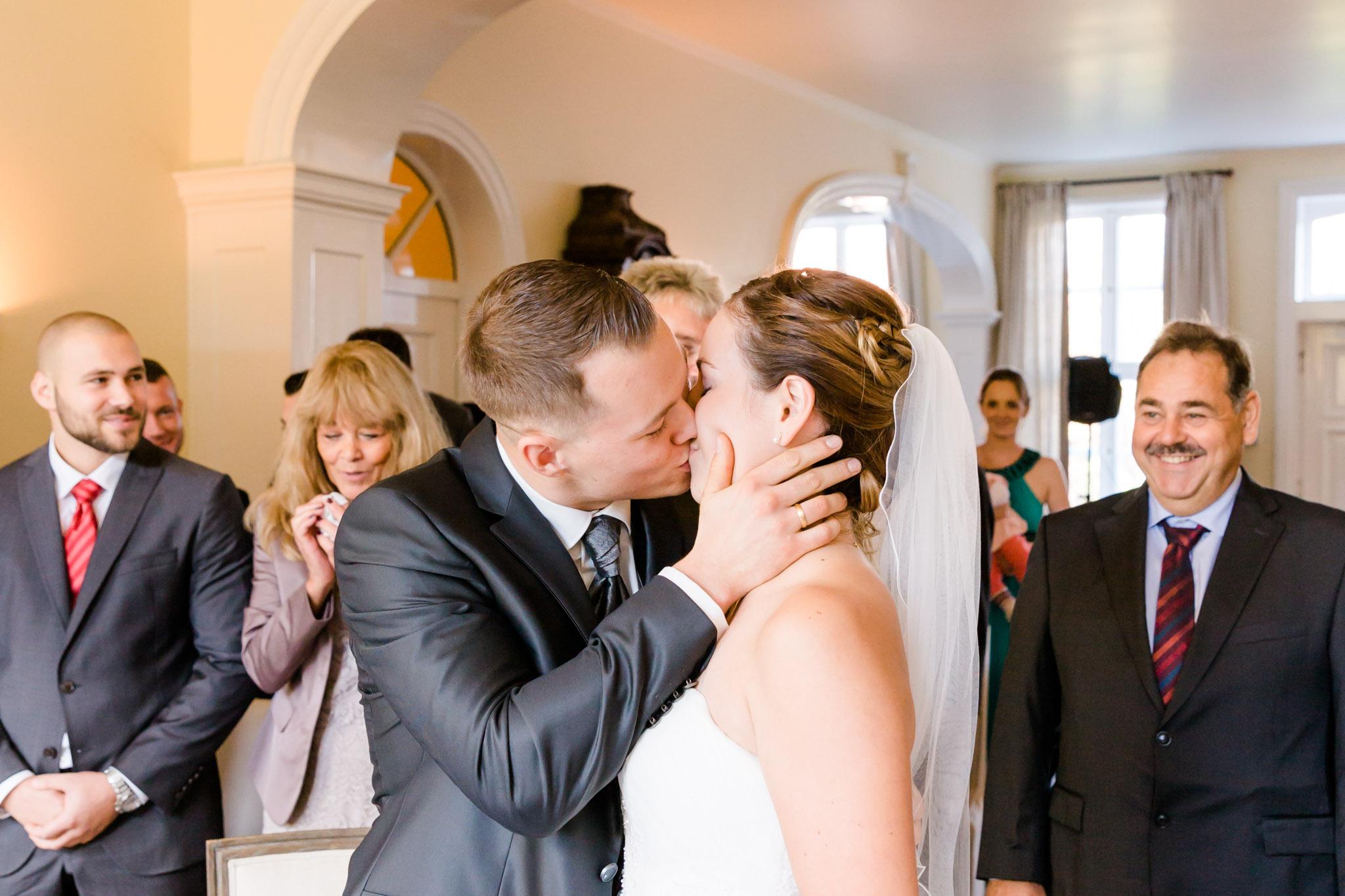 Hochzeit Karina & Christopher auf Schloß Lüdersburg Hochzeitskuß