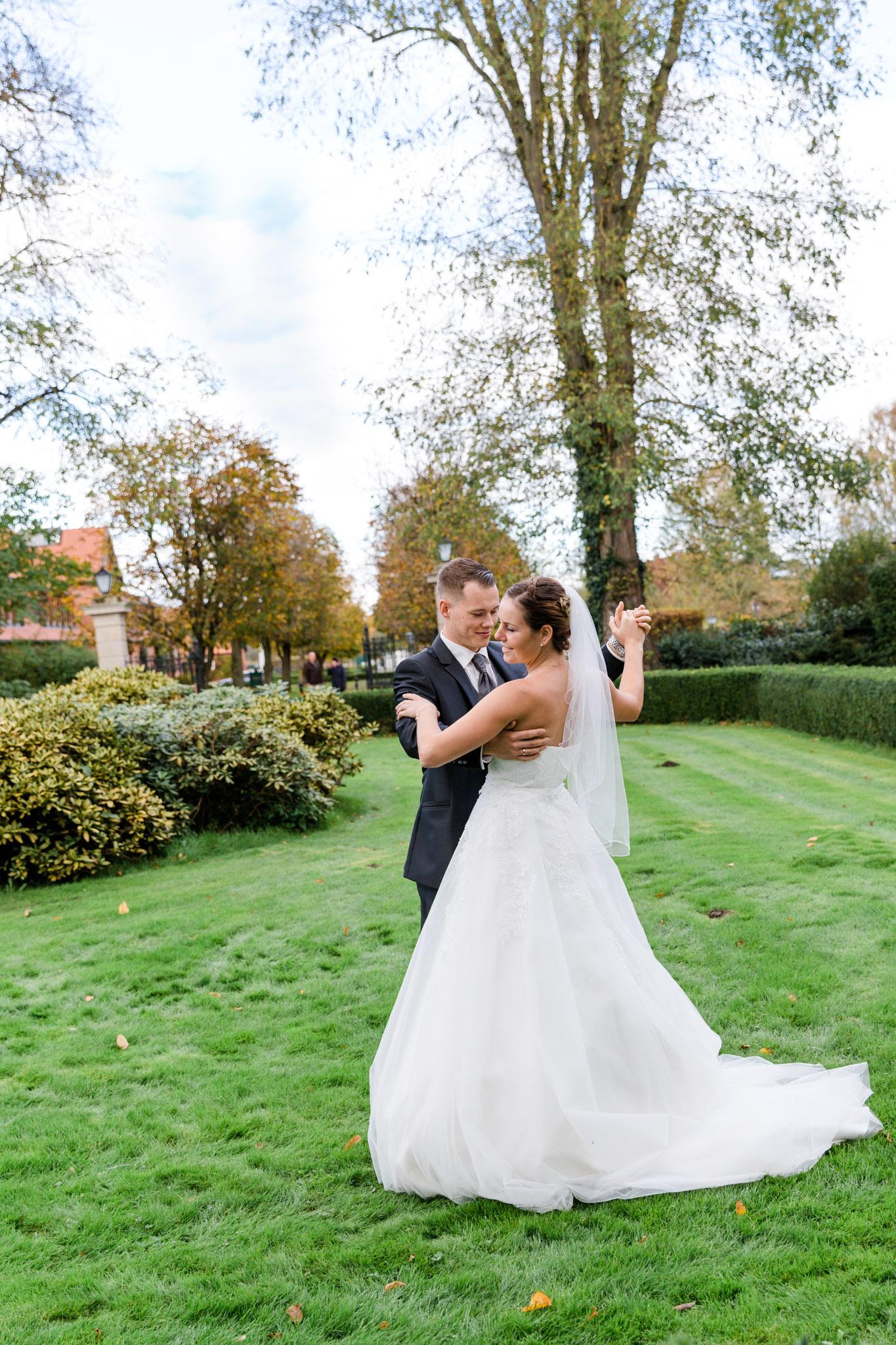 Hochzeitspaar tanzt vor Schloss Lüdersburg